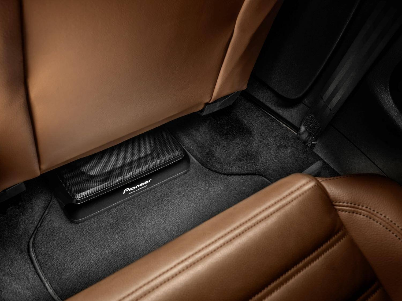 Il subwoofer auto Pioneer TS-WX120 assicura bassi estremamente potenti e frequenze fino a 30hz. Dotato di telecomando.